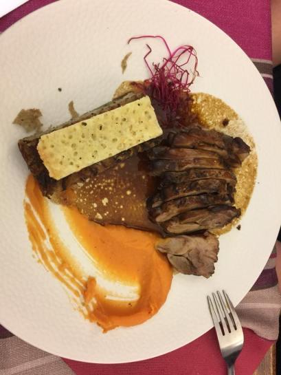 Porc noir, purée de butternut, gratin de pommes de terre et navet avec croustillant au brebis