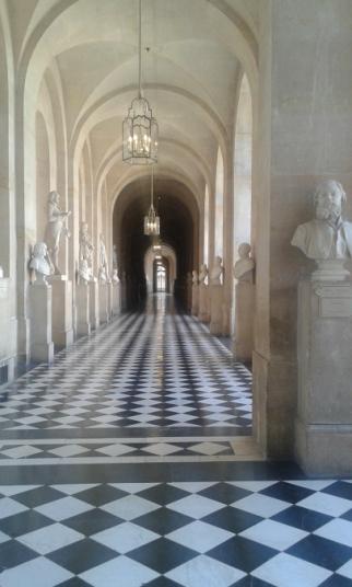 Allée de bustiers au château de Versailles