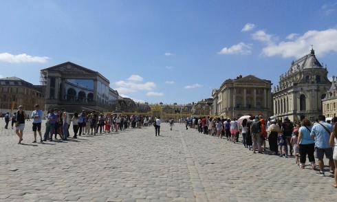 File d'attente devant l'entrée du château de Versailles